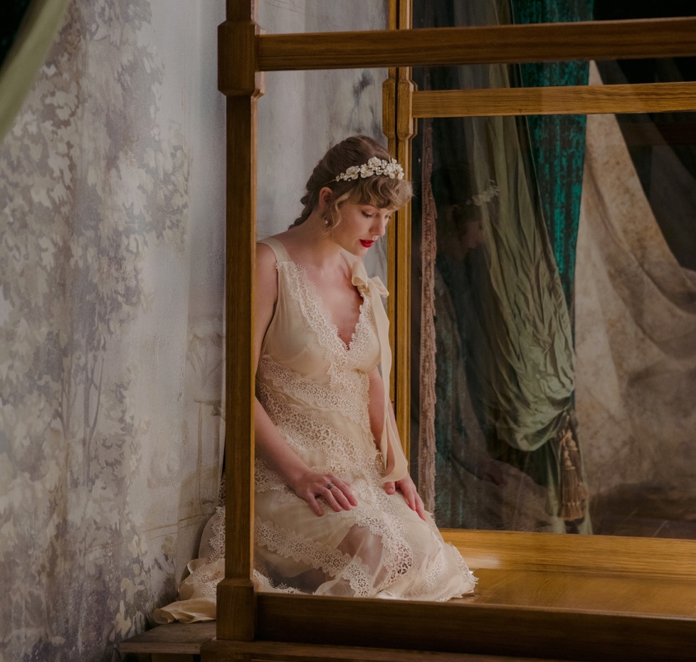 Taylor-Swift-Evermore-2